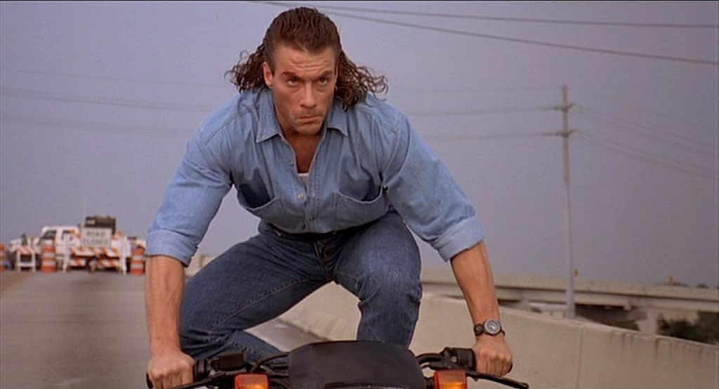 Jean-Claude Van Damme w filmie Nieuchwytny cel prezentuje fryzurę ala czeski piłkarz