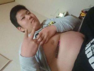 underboob pen challenge w wykonaniu mężczyzny