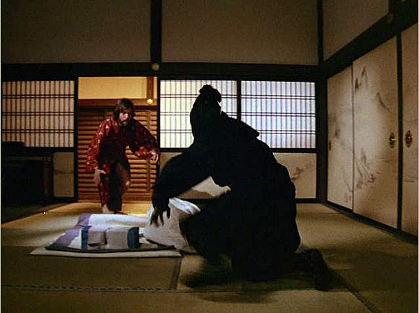 Richard Chamberlain w serialu Szogun pokonuje ninja siłą zwierzęcego magnetyzmu i uroku osobistego.